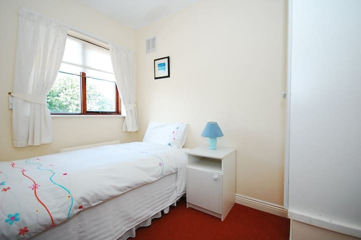 Cozy single room close to city and airport-3 miles