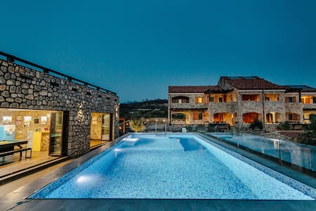 Ariel - family house, pool & bar, basketball court