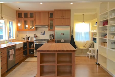 Casa Madrona - Urban Oasis, 1 block from the Park! - Seattle - Talo