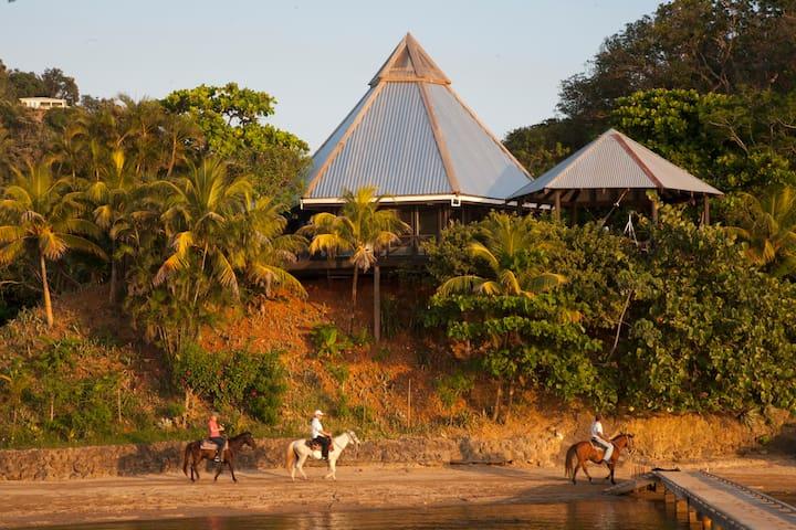 One Acre Estate on the beach - Sunsets! - Roatan - Casa