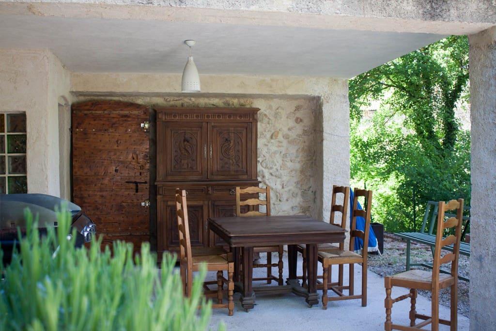 Extérieur : terrasse du dessous, cuisine d'été avec plancha et vaisselier