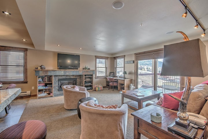 Remodeled condo steps from resort w/ pools, restaurants, mountain & valley view!