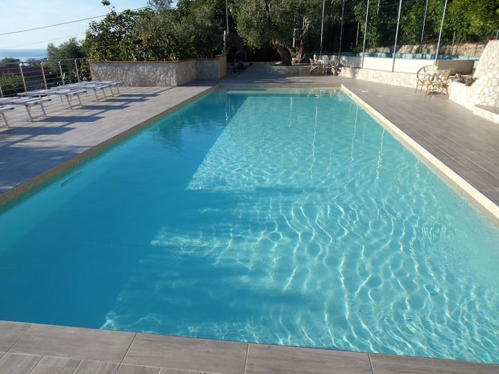 Bilocale panoramico villa Liberato con piscina
