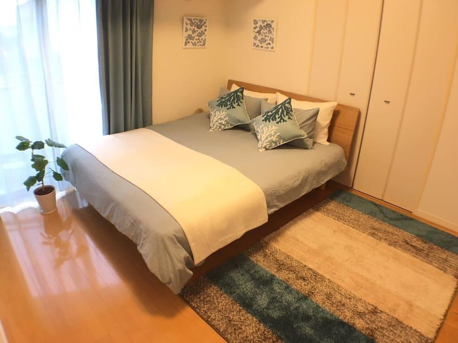 Queen size bed. 溫馨雙人床