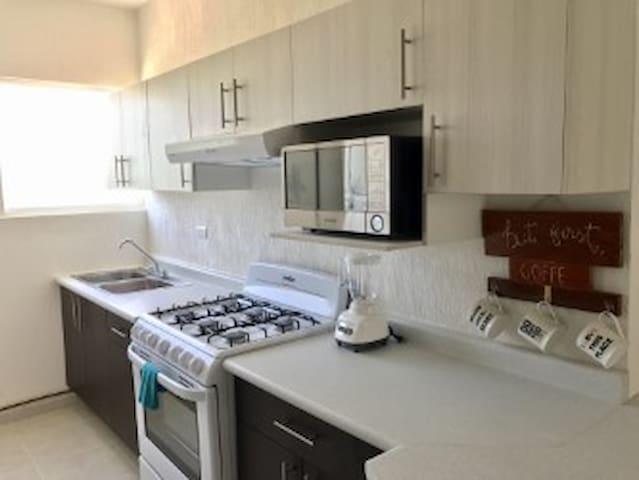 cocina completamente equipada con trastes. Fully equipped kitchen