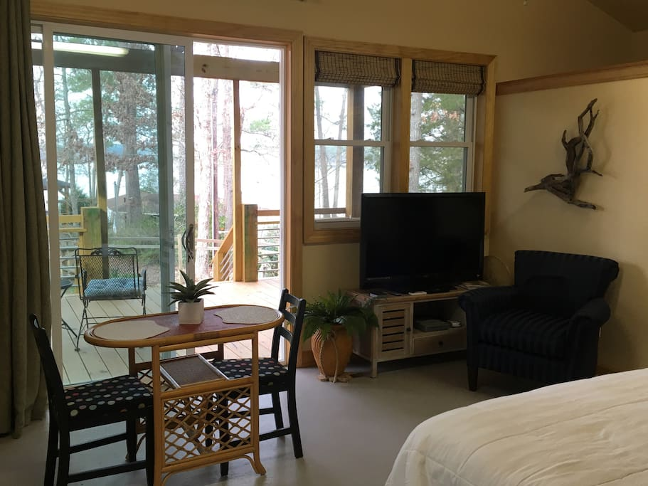Studio room overlooking deck & lake Cable TV with WIFI