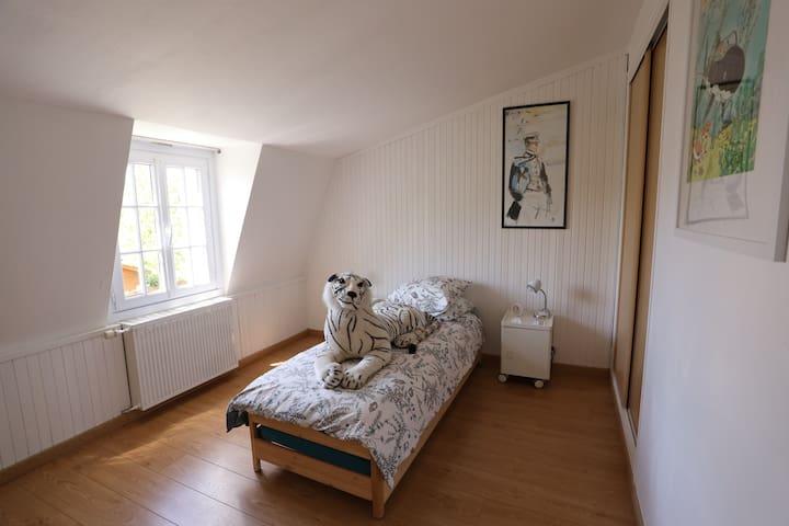 Chambre avec 2 lits 80*200 empilables (Lits bas)