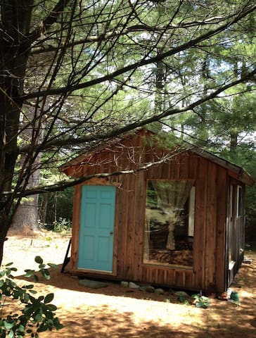 Artsy Pine Cabin in the Woods - Warwick - Cabana