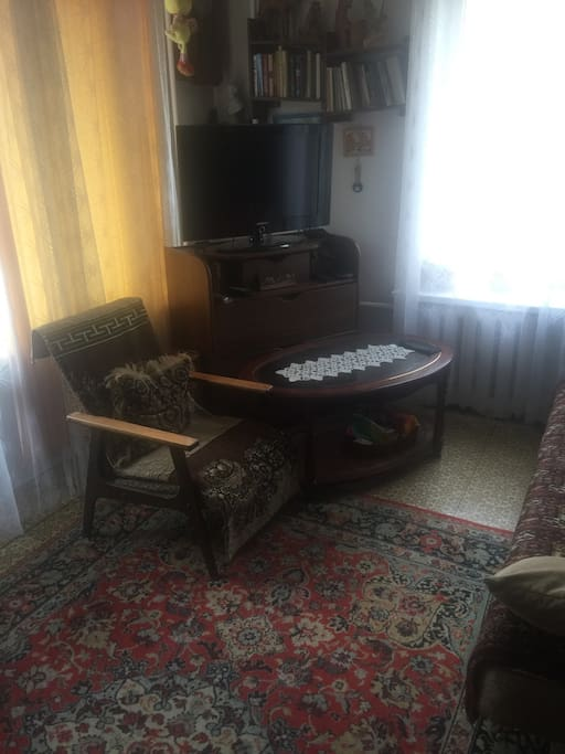 Зал с телевизором.