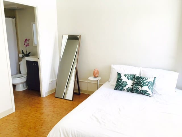 Private Bedroom+Bathroom+Lanai, Steps fr the Beach - Honolulu