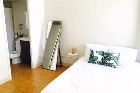 Private Bedroom+Bathroom+Lanai, Steps fr the Beach - Honolulu - Appartement