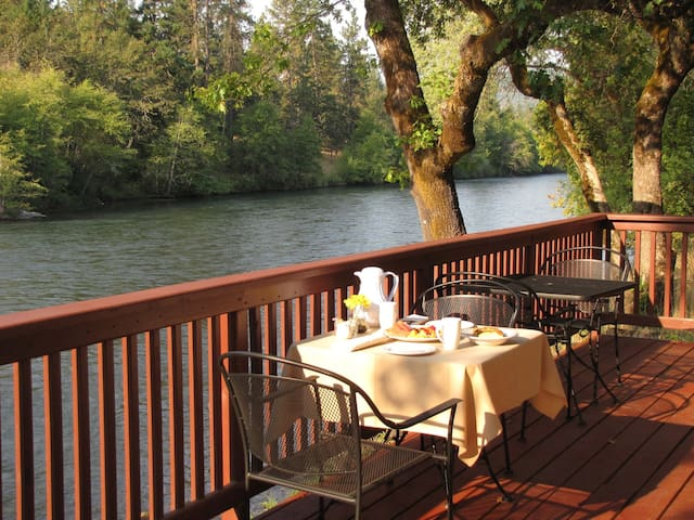 Rogue River Lodge, Riverside Cabin w/Breakfast