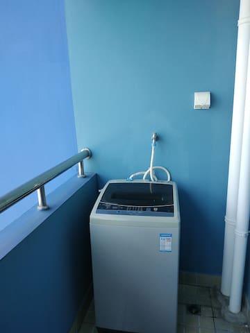 洗衣房设置在阳台,有阳光通风好。