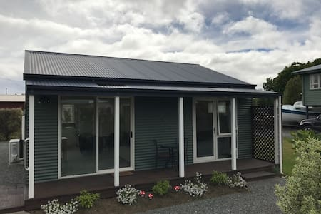 McKerrow Cottage in the heart of Te Anau - Te Anau