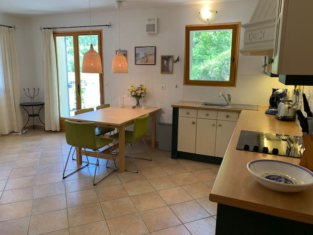 Domaine la Pique, Tournesol, fully equipped kitchen and dining area