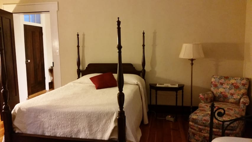 The Gardner's Room has a poster bed, a comfy chair, and a day bed with a trundle.