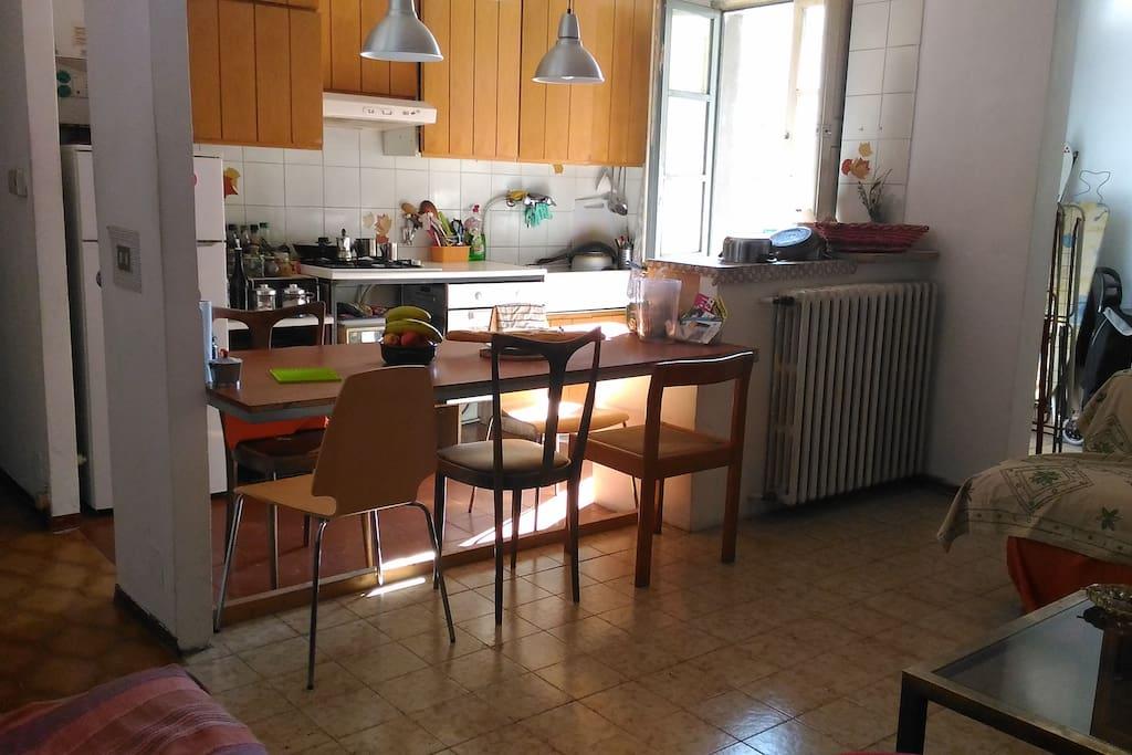 cucina con vista su cortile interno e soggiorno open space