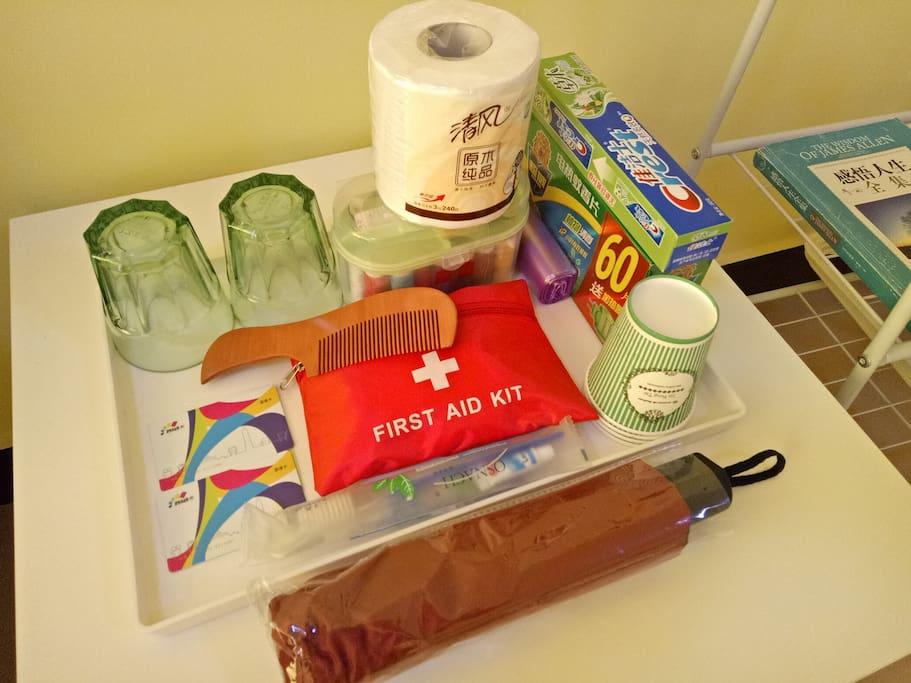 交通卡、一次性牙刷、牙膏、梳子、急救包、针线包、纸杯、水杯、垃圾袋、吹风等等