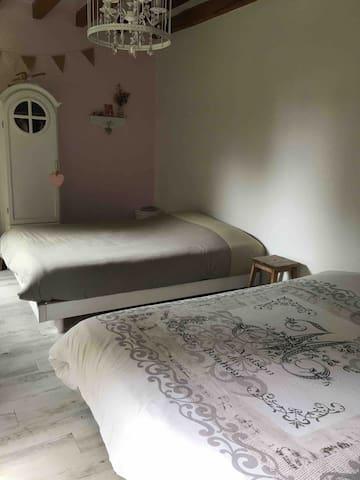 Chambre rez-de-chaussée avec un canapé lit et un lit de 140cm