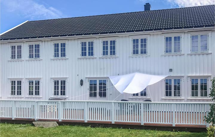 Stunning home in Lindesnes with Jacuzzi and 5 Bedrooms