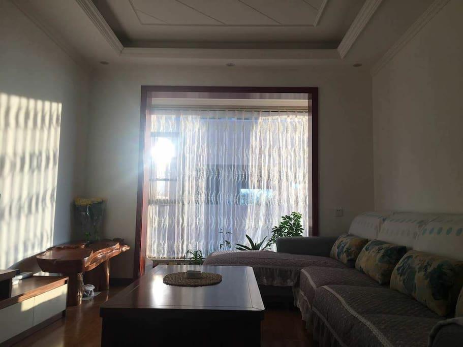 客厅让您想受充足的阳光