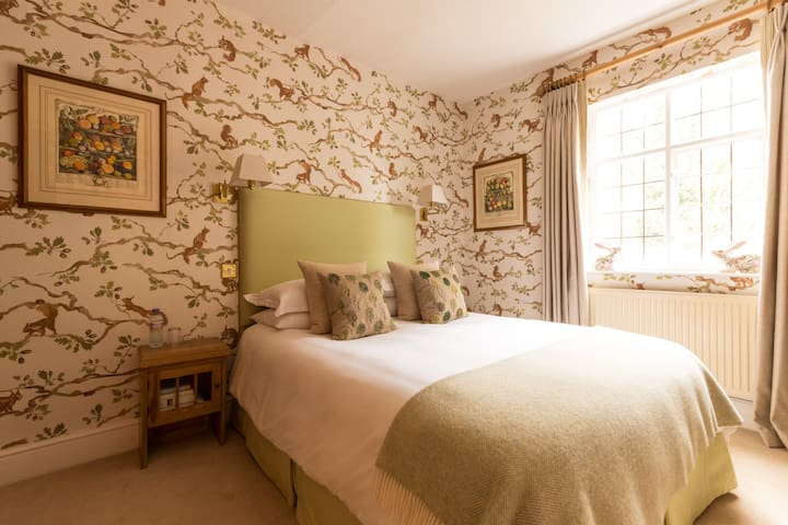 Squirrel Room: A gorgeous comfy nest to relax in - Frampton on Severn - Haus