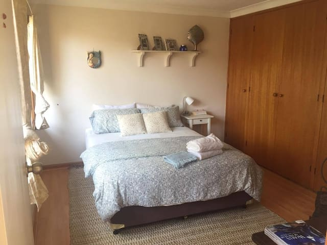 Large private bedroom w/huge wardrobe & deskspace - Eastwood