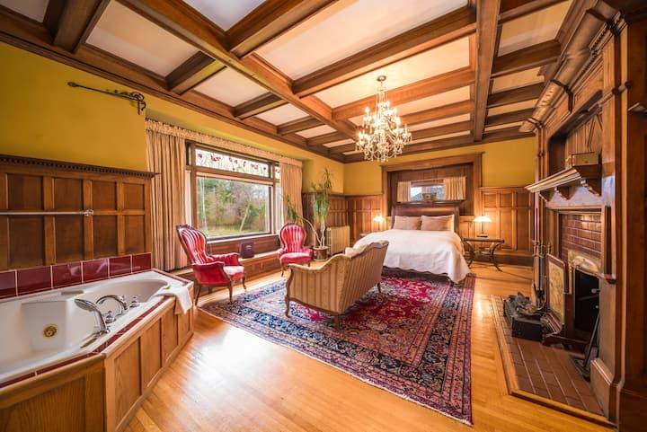 Windsor Oak: Romantic Queen room with Jacuzzi Tub