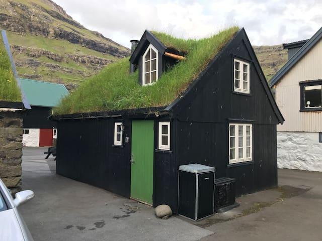 Cosy little old house in Tjørnuvík