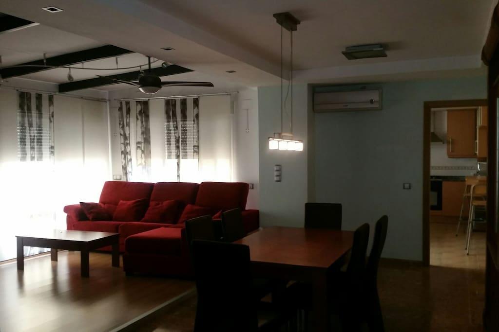 Salón con ventilador y sofá abatible y muy confortable. Tiene persianas electricas y es muy luminoso