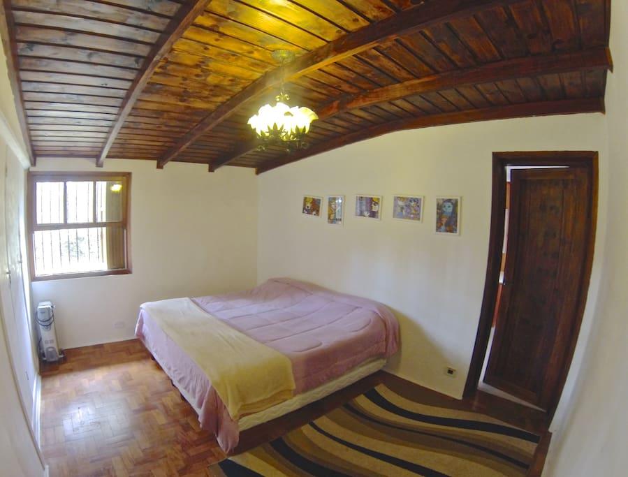 Suíte master com cama de casal, banheiro com banheira e duas camas de solteiro (se necessário)