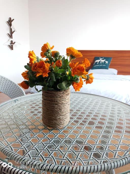 房间为简欧的装饰风格,老板也很喜欢花花哟,所以每个房间,都插有鲜花。