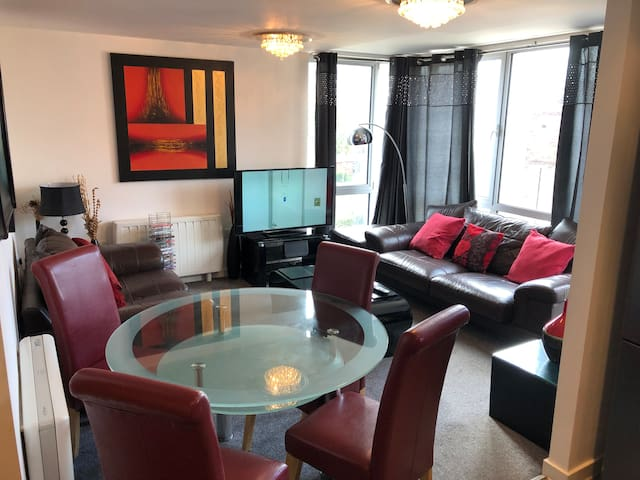 5* The best 2 Bed Apt in Town - Parking + Wifi