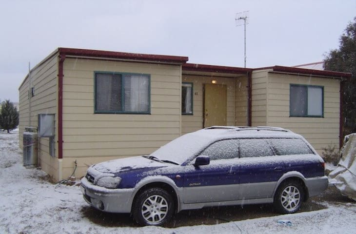 Cute Cosy Snowy Cottage- Sleeps 9 - Berridale