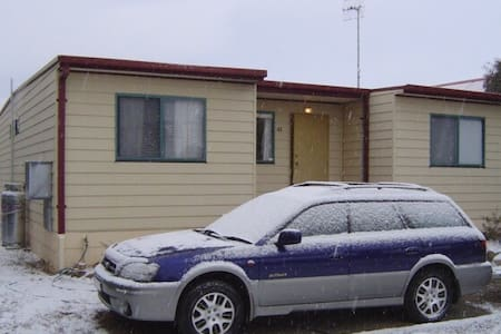 Cute Cosy Snowy Cottage Sleeps 11 - Berridale - 独立屋