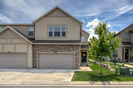 2200 Sq Ft., Townhome w/Entertainment - Riverton - 連棟住宅