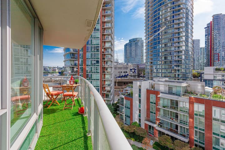 DOWNTOWN VANCOUVER - GASTOWN! 1 BED/GYM/POOL/FREE PARKING!