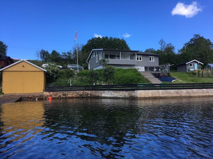 Stor hytte ved sjøen