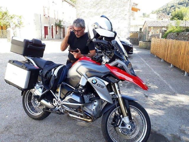 bienvenue aux motards  garage moto à disposition