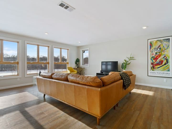 Stunning Mid Mod. PRIVATE. City & Trails Close.