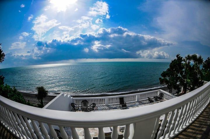 Отель прямо на пляже черного моря! (весь отель)
