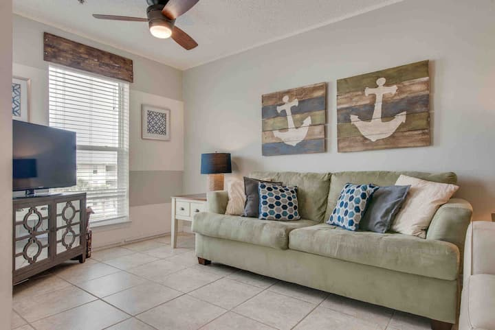Top Floor Quiet Condo/ New & Steps to the Beach