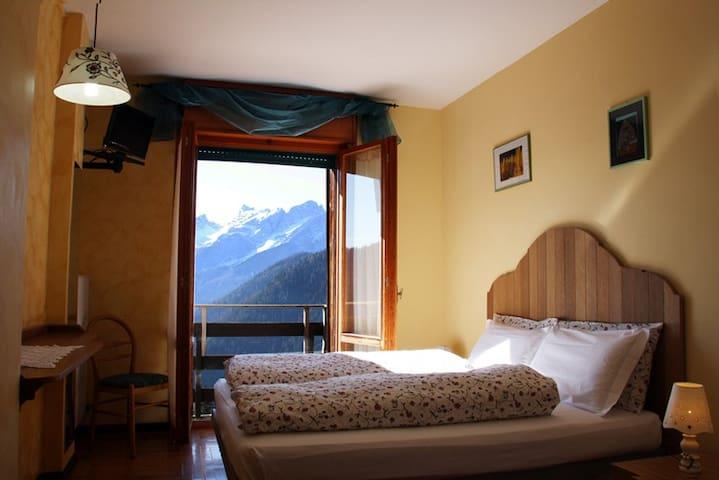 camera bagno, colazione panoramica - Coi - Bed & Breakfast