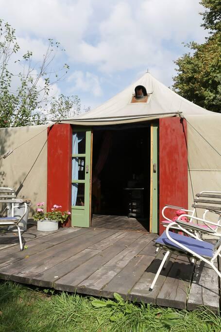 Ingang tent met houten schuifdeuren .