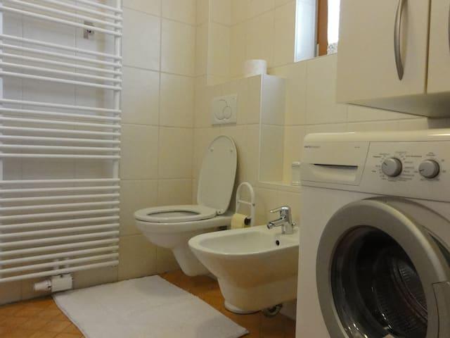 Das Badezimmer inklusive Waschmaschine