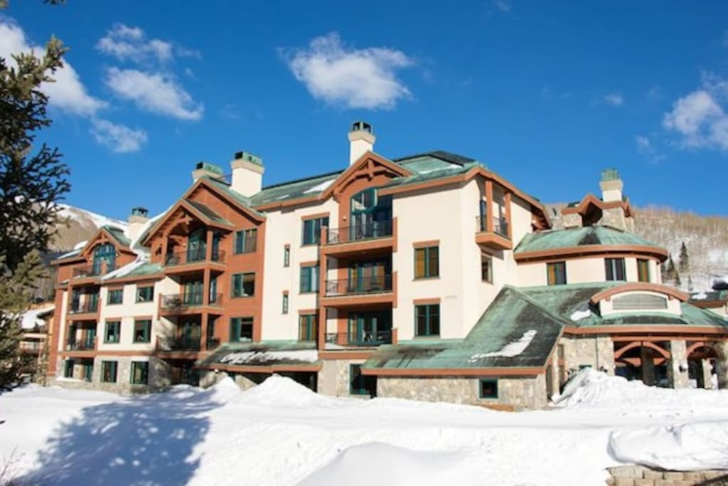 Creekside Condos are conveniently located with ski-in/ski-out access.