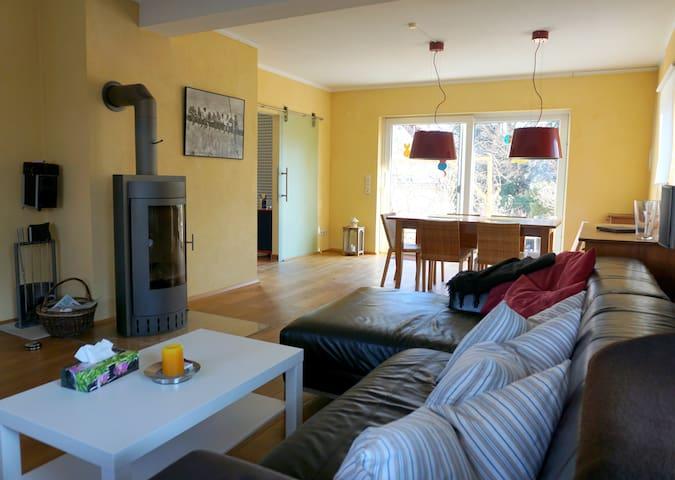 Gemütliche moderne Ferienwohnung mit Terrasse - Metzingen - House