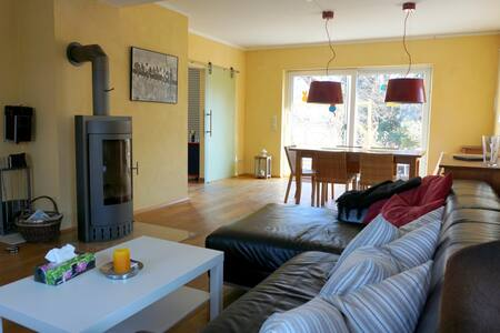 Gemütliche moderne Ferienwohnung mit Terrasse - Metzingen - Haus