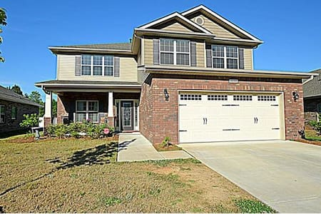 HUGE, CLEAN, NEWER HOUSE- MINUTES FROM CAROWINDS - Charlotte