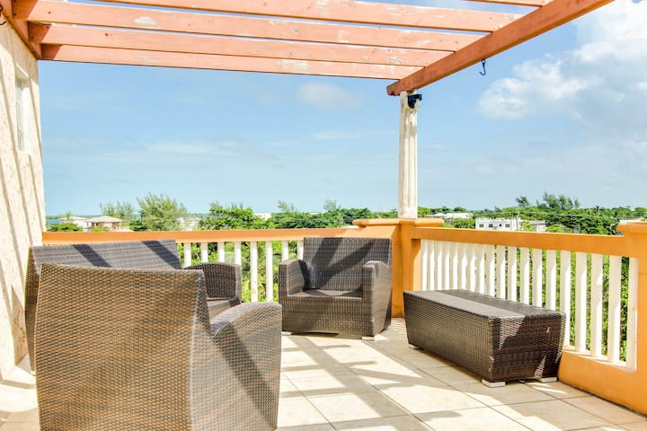 Two-story condo w/ ocean views, shared pool, AC & free WiFi - walk to the beach!